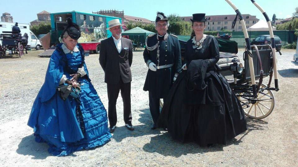due uomini e due donne con vestiti d'epoca
