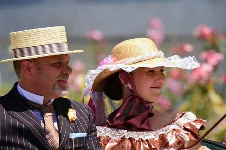 un uomo e una donna con vestiti d'epoca
