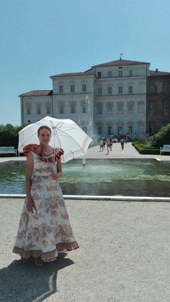 una donna in abito elegante con ombrello