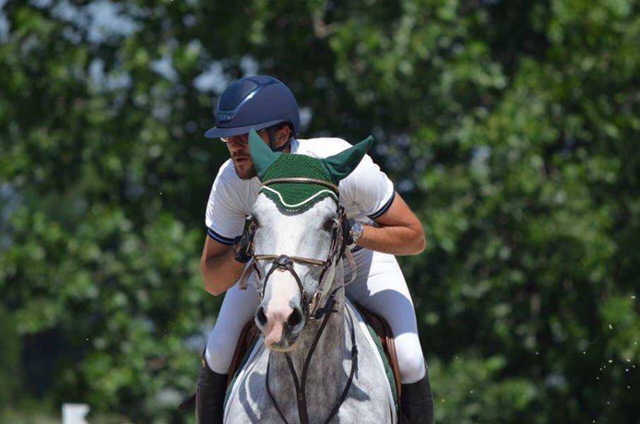 un uomo a cavallo