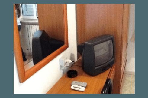 Ogni camera dispone di servizi privati e televisione a colori.