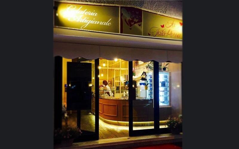 La gelateria by night