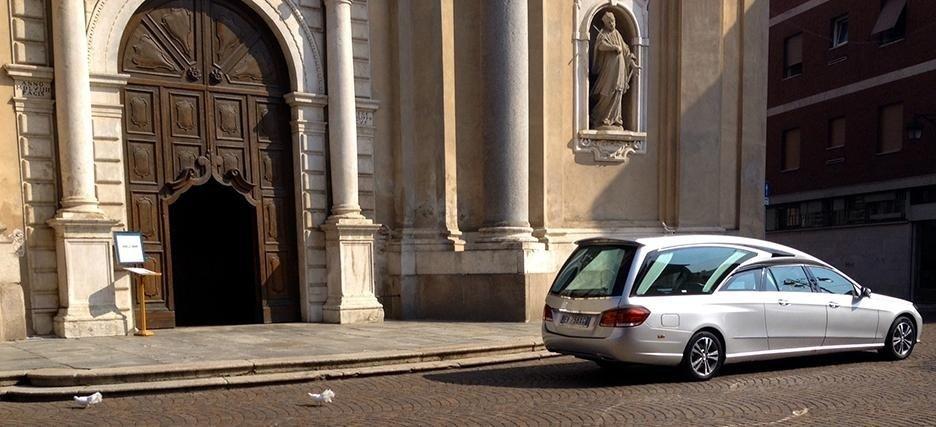 carro funebre di fronte a una chiesa