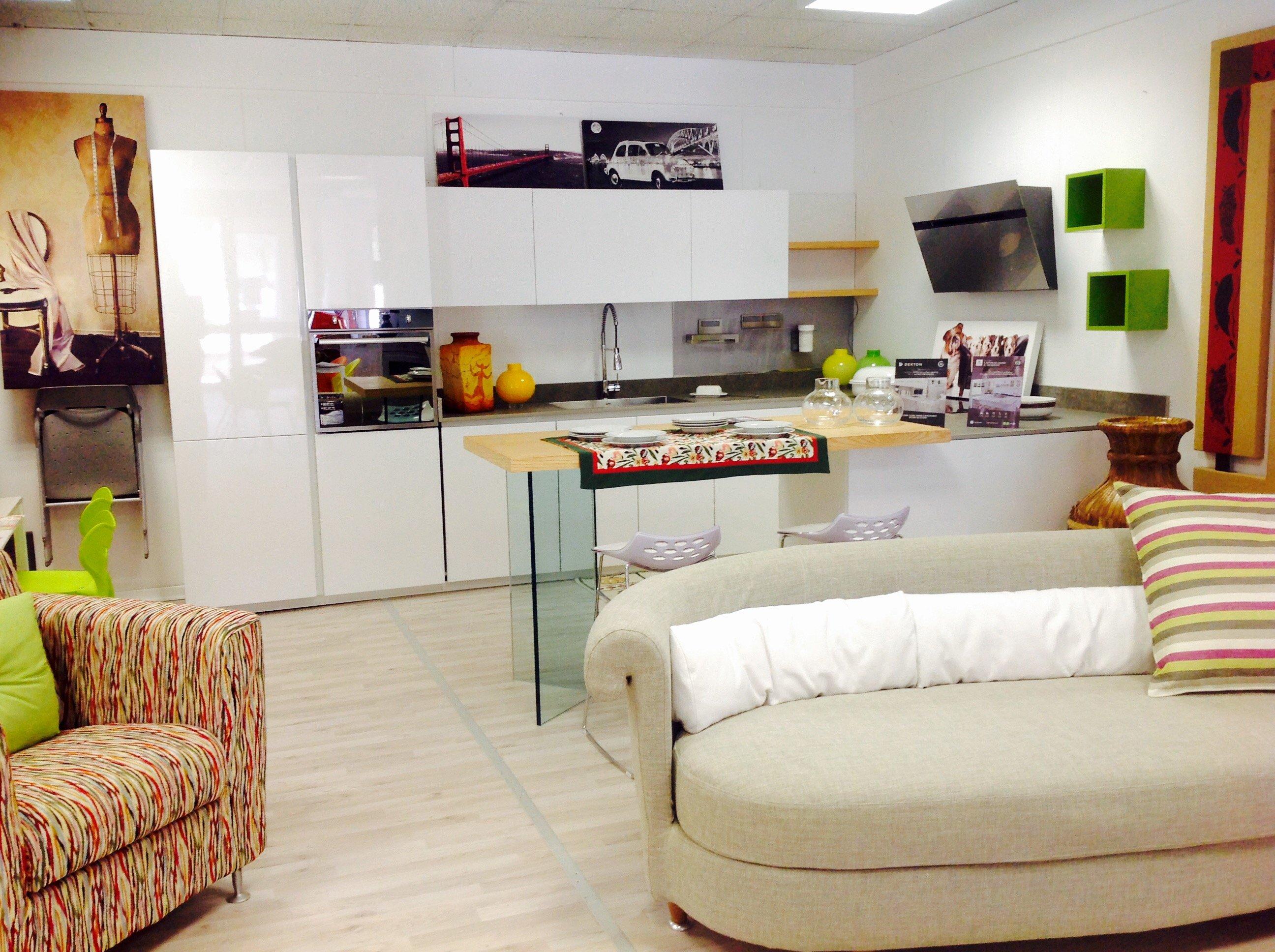 una cucina e una sala open space