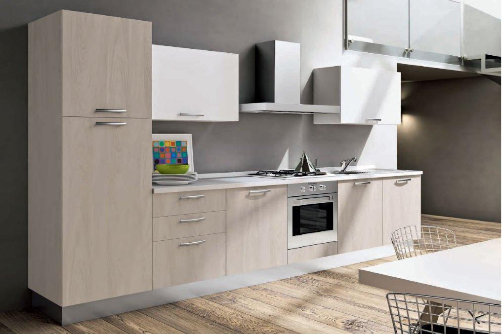 una cucina moderna con mobili grigi