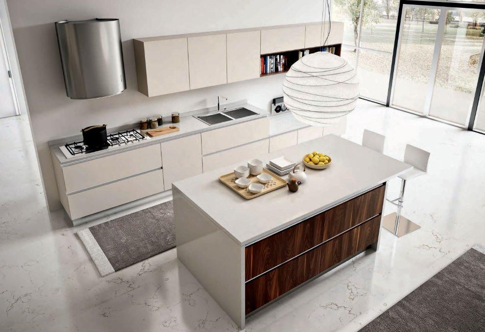 una cucina con mobili beige e penisola al centro vista dall'alto