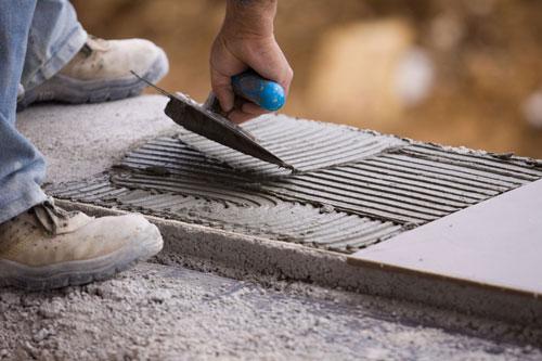 operaio spalma del cemento con una cazzuola