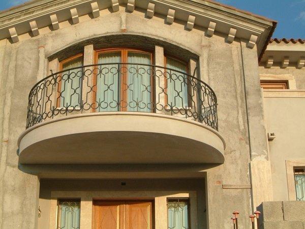 una ringhiera in ferro battuto in un balcone
