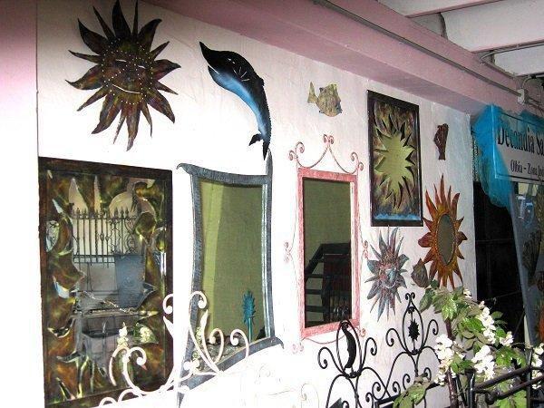 dei quadri e altri oggetti a muro