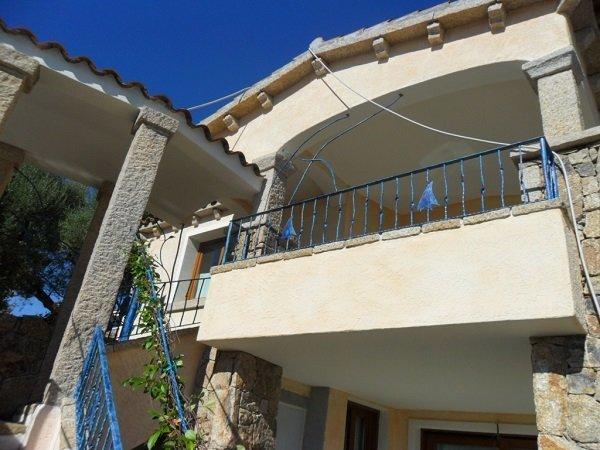 una ringhiera di color blu di un balcone