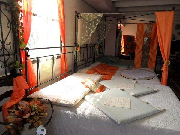 un letto a baldacchino