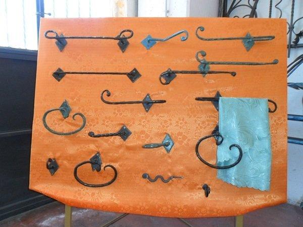 un pannello con delle manicglie in ferro battuto