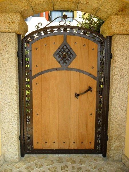 un cancello in legno e ferro  battuto