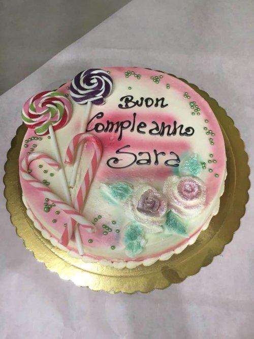 una torta di compleanno con chupa chupa