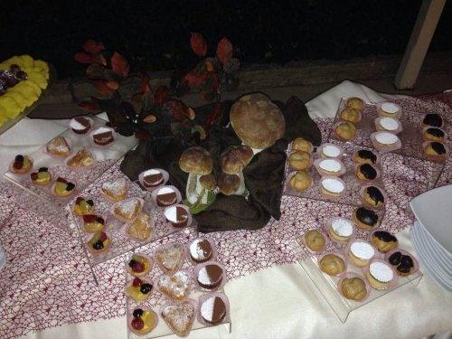 un buffet con dei pasticcini