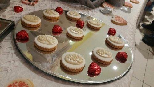 un vassoio con dei biscotti con cioccolato bianco