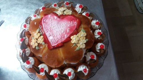 una torta a forma di fiore