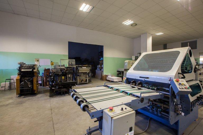 interno di una tipografia con macchinari industriali