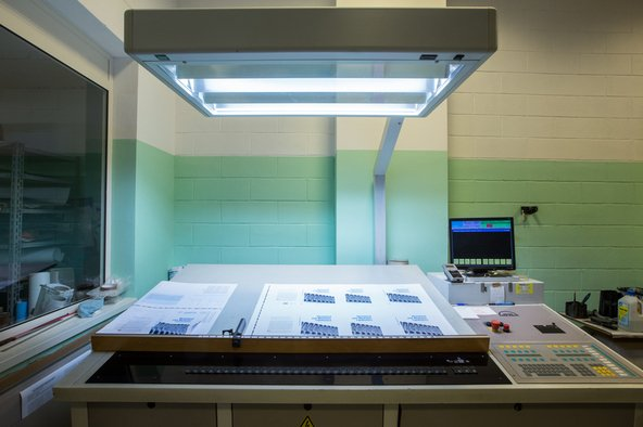 una vetrata e sotto un macchinario industriale e sulkla destra un monitor
