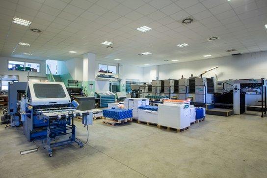 vista interna della tipografia con macchine da stampa