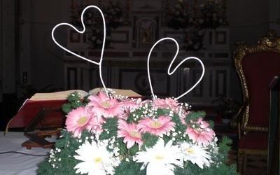 fiori freschi con addobbo cuori