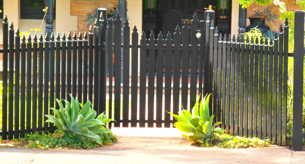 SCALLOP STEEL PICKET WITH S GATE AND DEADLOCK