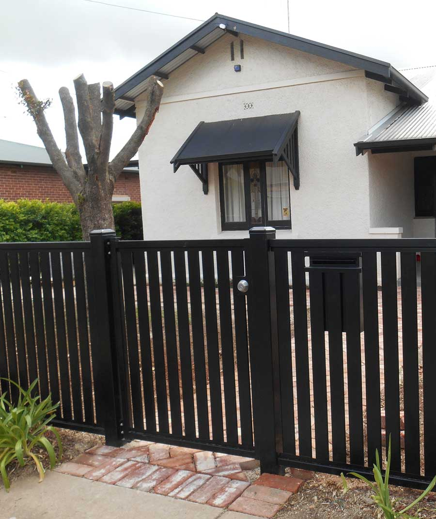 BLACK VERTI SLAT S GATE WITH DEADLOCK