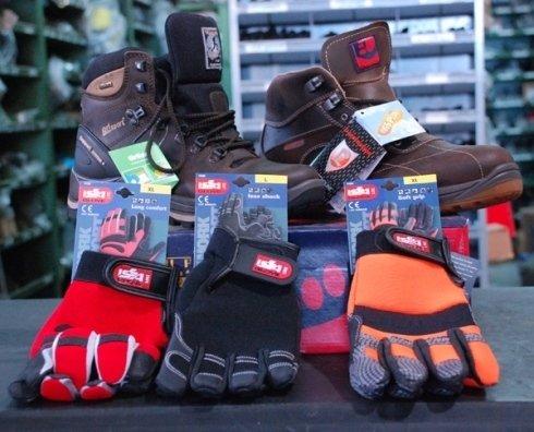 guanti e scarpe tecniche da lavoro