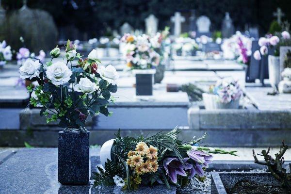 vasi di fiori in un cimitero