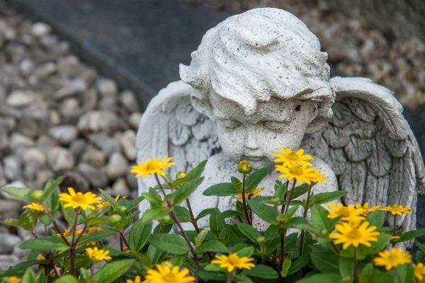 fiori e statua funebre