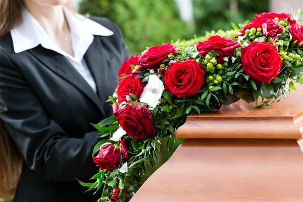 cofano funebre con corona di rose rosse