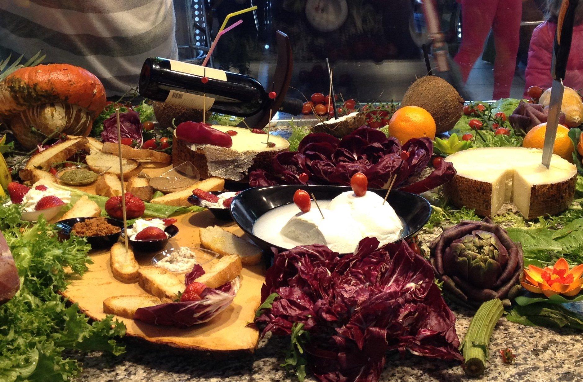 un piatto con verdure, insalata, uovo sodo e formaggio