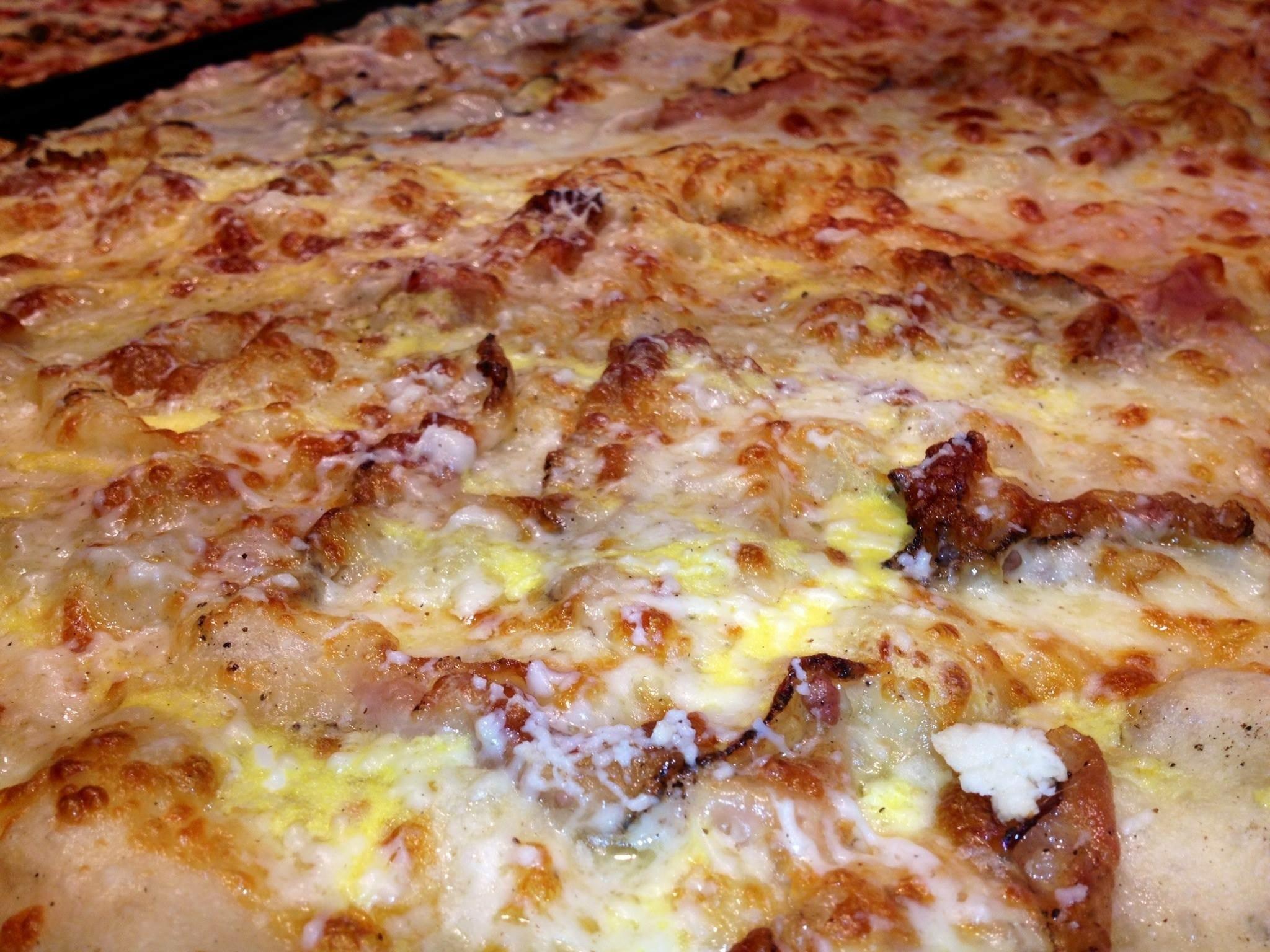 Teglia di pizza con scamorza