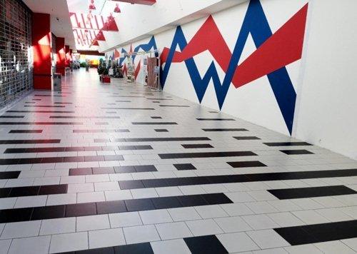 interno di un centro commerciale appena pulito