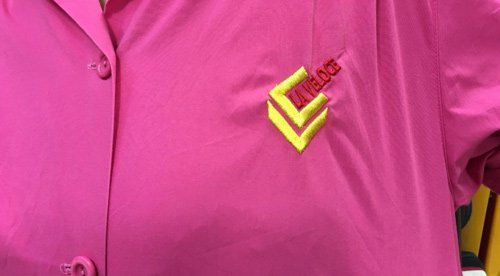 camicia rosa con logo