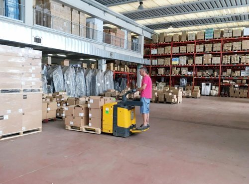 magazziniere in grosso magazzino