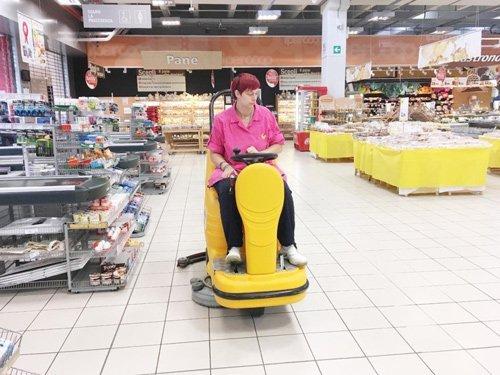 donna su pulitrice pavimenti