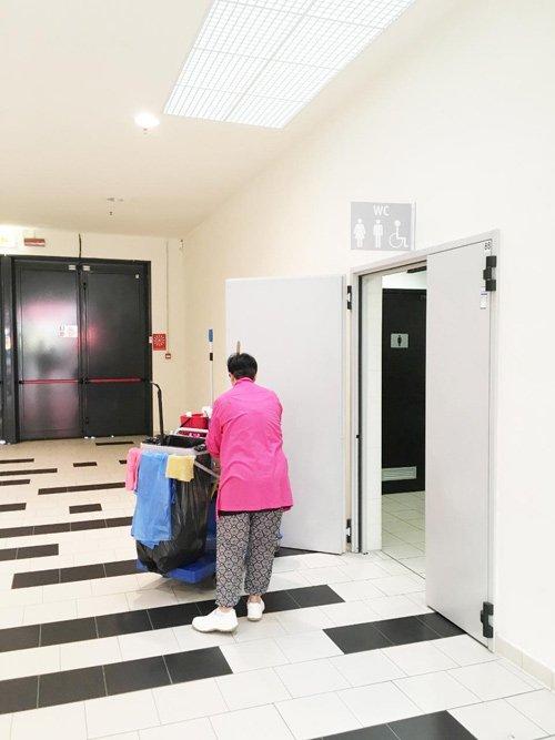 donna durante la pulizia di un locale