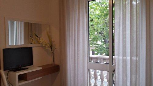 vista angolare camera di albergo