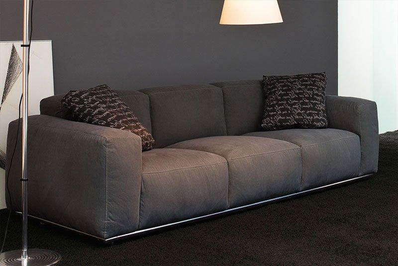 un divano grigio con due cuscini