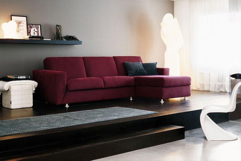 un divano bordeaux con isola in una sala