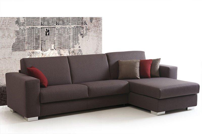 un divano grigio scuro con isola e dei cuscini