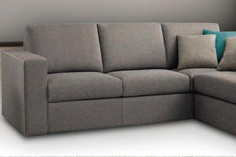 un divano grigio angolare