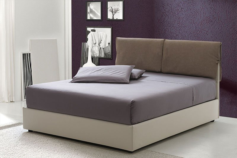 un letto con testata marrone