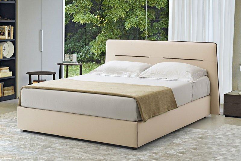 un letto di color beige chiaro