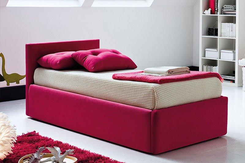 un letto singolo color fucsia