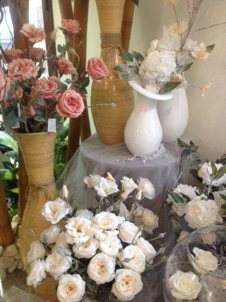 composizione con rose bianche