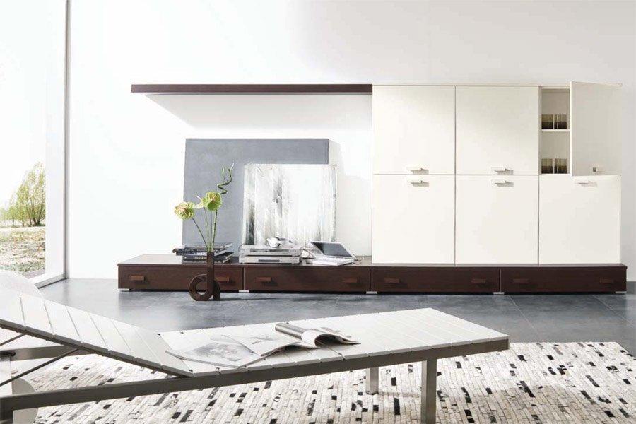 Arredamento moderno con pavimento in legno e manubri in primo