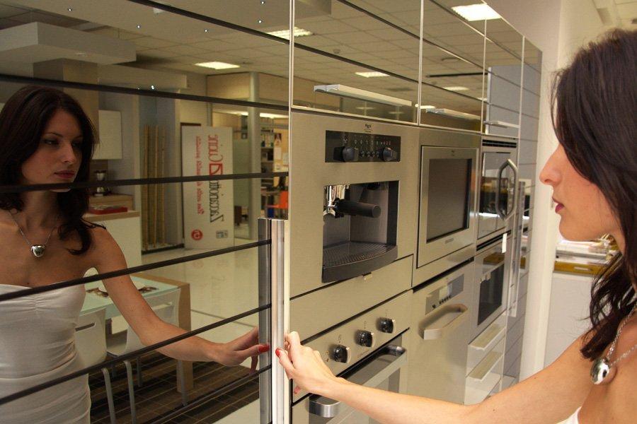 donna che apre un frigorifero