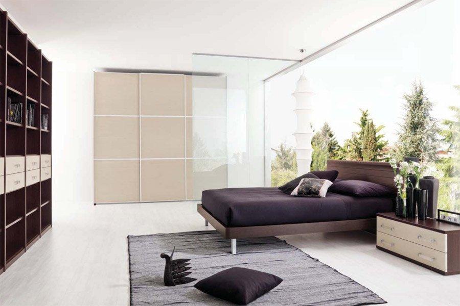 vista laterale di letto matrimoniale con vetro